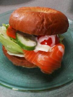 7月3日の昼ご飯(チーズサーモンベーグル)