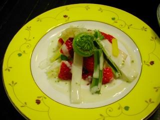 山菜と苺のサラダ仕立て